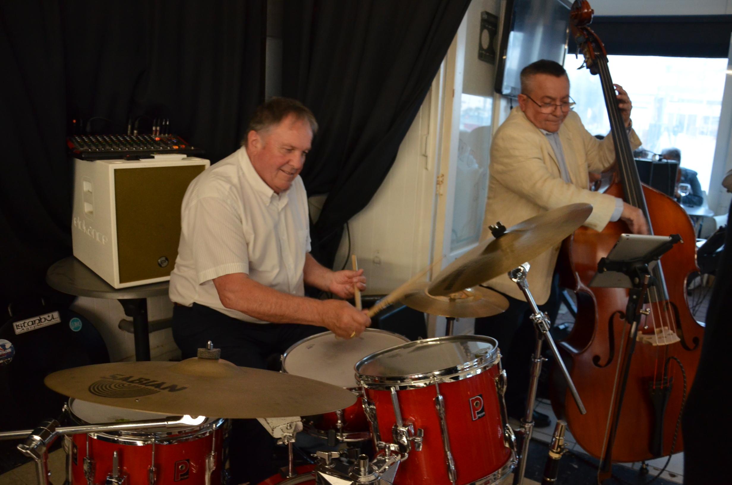 Teddy Nunez à la batterie et Michel Cabrera à la contrebasse